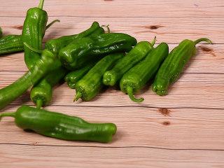 懒人版虎皮青椒,准备食材,选择薄皮的青椒口感更好哟