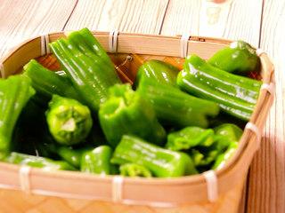 懒人版虎皮青椒,青椒对半切开,当然也可以不切,随意就好。切记青椒一定不能有水哟,否则在煎的时候会溅油,做美食也是有风险滴,宝宝们一定要注意喽。