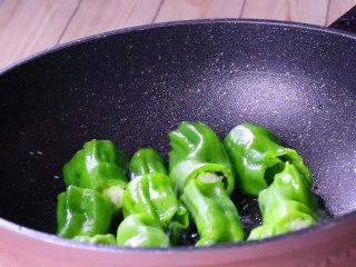 懒人版虎皮青椒,锅中放入适量油,放入青椒中小火煎出虎皮