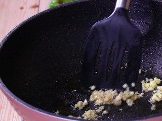 懒人版虎皮青椒,用煎青椒留下的底油炒香姜蒜末