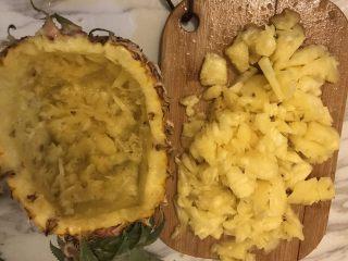 菠萝炒饭,把菠萝肉挖出