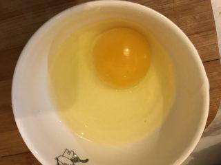 菠萝炒饭,鸡蛋打好鸡蛋液备用