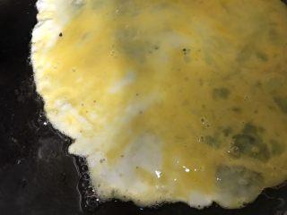 菠萝炒饭,锅内留油,直接倒入鸡蛋液