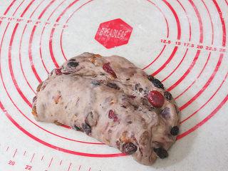 著名的德国传统圣诞面包【史多伦】,最后把面团用手轻轻整形成月牙形,这样襁褓中的耶稣造型变完成了