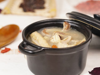 电饭煲养胃莲子猪肚汤