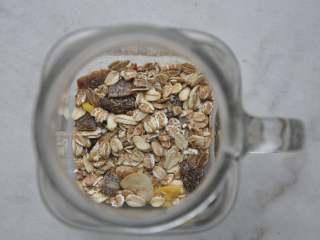 早安早餐+营养早餐组合,先来做隔夜的准备工作。杯底铺上一层即食麦片。