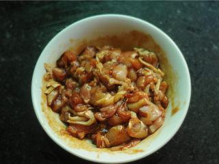 鸡腿饭,腿肉切成小块后放入碗中,加入生抽、老抽、盐、糖,用手抓揉均匀后腌制10分钟