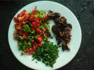 鸡腿饭,青红椒去籽切丁、泡好的香菇也切成大小一样的丁、葱花姜丝切好
