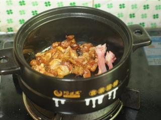 鸡腿饭,鸡肉变色后加入香菇丁,翻炒均匀