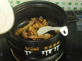 鸡腿饭,大米淘洗干净,放入锅中