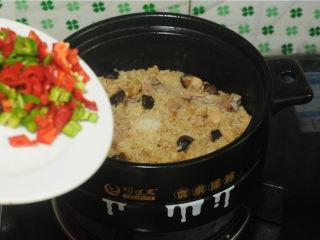 鸡腿饭,米饭煮好后开锅,将青红椒倒进去,翻拌均匀即可