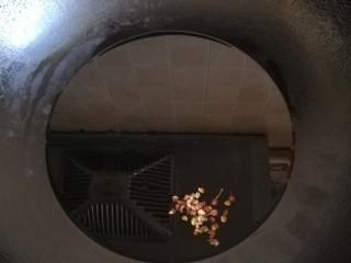 卤面,油烧热放入花椒爆香