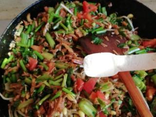 卤面,全部食材翻炒后如果颜色不深的话再放些老抽上色,最后加入盐,一定要翻炒出菜汁