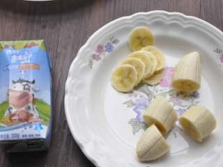 早安早餐+营养早餐组合,早上起来,香蕉切段,取中间一段切薄片备用。