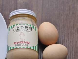 早安早餐+营养早餐组合,鸡蛋煮熟放凉备用。根据个人口味准备沙拉酱或千岛酱。