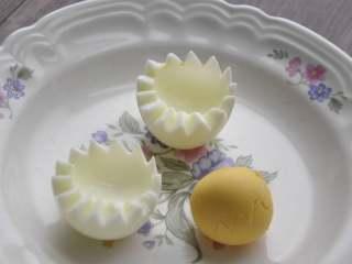 早安早餐+营养早餐组合,鸡蛋划锯齿刀对半剖开,分离蛋黄和蛋白。