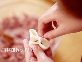 四喜蒸饺,再将毗连两边捏紧,做成花瓣状