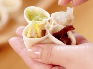 吉祥四喜蒸饺,将不同的馅料填充到四个瓣里