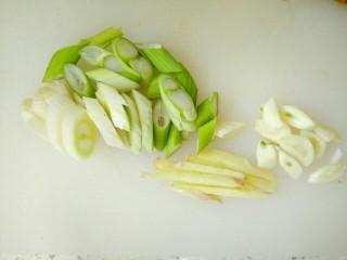 豆豉香菇五花肉,葱切片,蒜切片,姜切丝