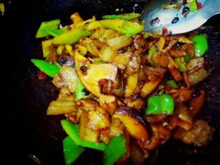 豆豉香菇五花肉,尖椒断生即可关火出锅