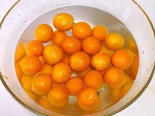 止咳金金桔酱,金桔用食盐搓洗后,浸泡10分钟左右,反复用清水冲洗几遍。以去除果皮的农药和杂质。