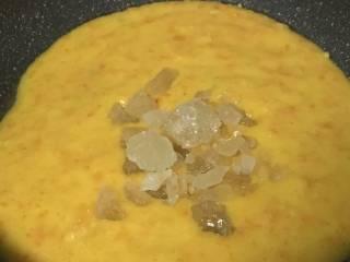 止咳金金桔酱,加入冰糖.开中火煮之微沸状.  PS:冰糖本身有润肺的功效,这这里又能起到天然防腐作用.