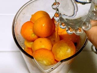 止咳金金桔酱,将金桔放入料理杯,加少许水,打成泥.