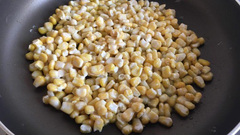 玉米烙,将玉米粒倒入锅中压平
