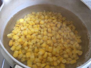玉米烙,将玉米粒倒入沸水中