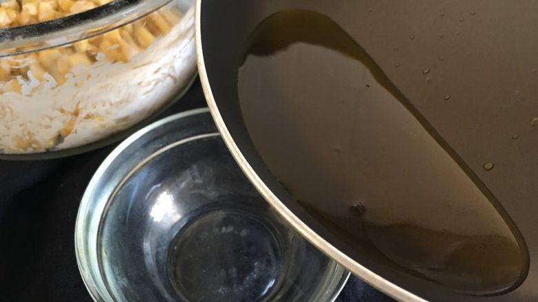 玉米烙,锅中倒入油煮沸,再倒出一些煮沸的油