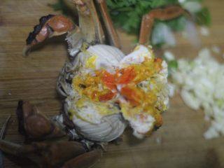 蟹黄炒饭,解锁螃蟹新吃法,蒸好的螃蟹把蟹黄取下来,一碗饭一个蟹黄就够了。