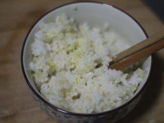 蟹黄炒饭,解锁螃蟹新吃法,米饭里再加一小勺鸡精拌匀提鲜。