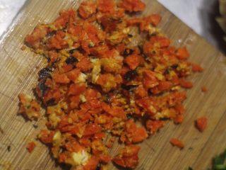 蟹黄炒饭,解锁螃蟹新吃法,拆下来的蟹黄切碎。