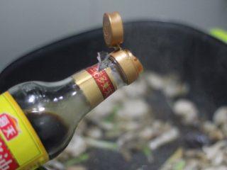 清炒海螺!小螺号萌萌哒!,生抽蚝油各一勺调味。
