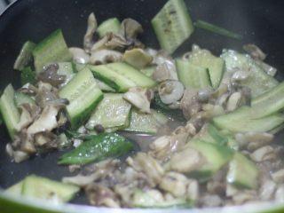 清炒海螺!小螺号萌萌哒!,加调味料翻炒均匀后再下黄瓜炒至断生。