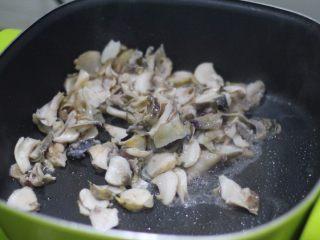 清炒海螺!小螺号萌萌哒!,热锅凉油,有热改中火下海螺片快速翻炒。