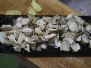 清炒海螺!小螺号萌萌哒!,处理好的海螺肉切成薄片。