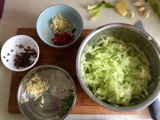 炝拌莴笋丝,莴笋擦丝,蒜切蒜蓉分开两部分,干辣椒去蒂清洗剪成小段,葱切葱末,花椒清洗备用