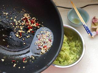 炝拌莴笋丝,把蒜蓉辣椒用勺子舀出浇在莴笋上。(拍照时忘记把莴笋移到盘中了)