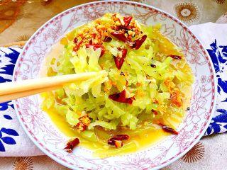 炝拌莴笋丝,成品,这道菜,制作简单,莴笋脆嫩,咸鲜微辣,很是爽口