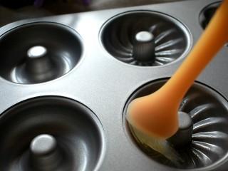 甜甜圈,在甜甜圈的模具中,刷一层油