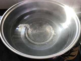 葱油拌面,另取一锅,加水煮开。