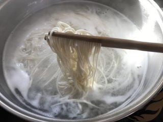 葱油拌面,放入面条煮开。