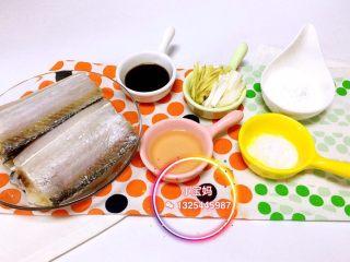 香煎带鱼,【香煎带鱼】12m+ 食材:带鱼、葱、姜、盐、酱油、料酒、玉米淀粉