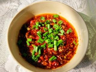 羊肉汤 ,关于蘸碟,有干碟和湿碟之分,不过都离不开小米辣和香菜,盐和味精。