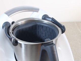 【美善品】金橘蜜饯,打开美善品多功能料理机,把主锅中加入网锅