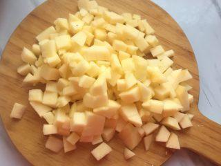 苹果派,现在准备馅料,苹果冼净去皮切丁