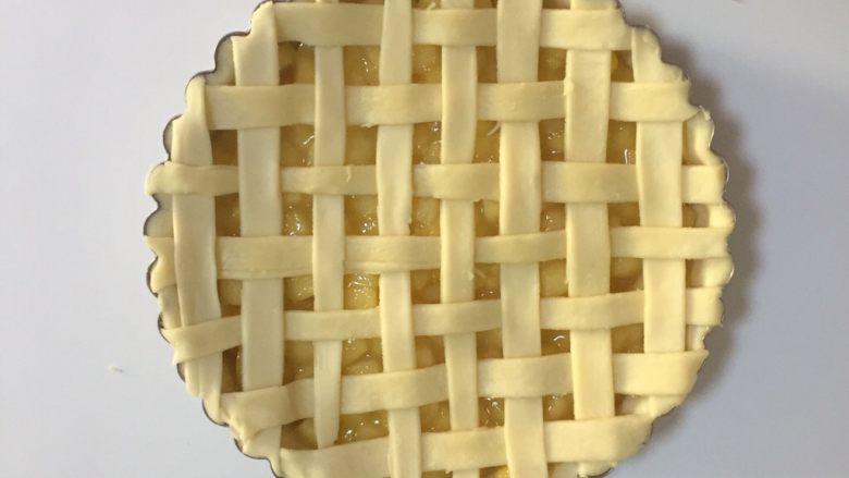 苹果派,编好后去掉多余的边角料,放入预热好的烤箱190度烤40分钟