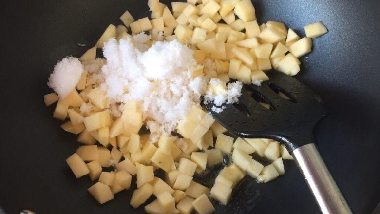 苹果派,倒入苹果和糖翻炒