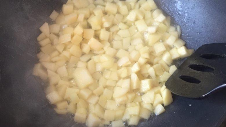 苹果派,慢慢的会渗出水来,继续将水煮干